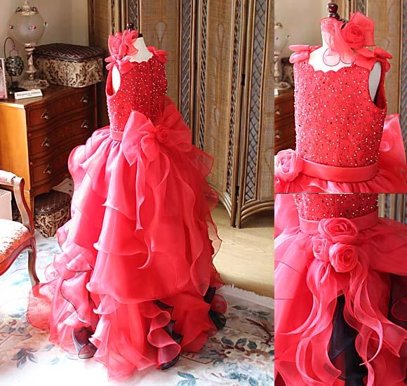 細かいディテールデザイン。大きなリボンと豪華なコサージュを施したレッドのドレス