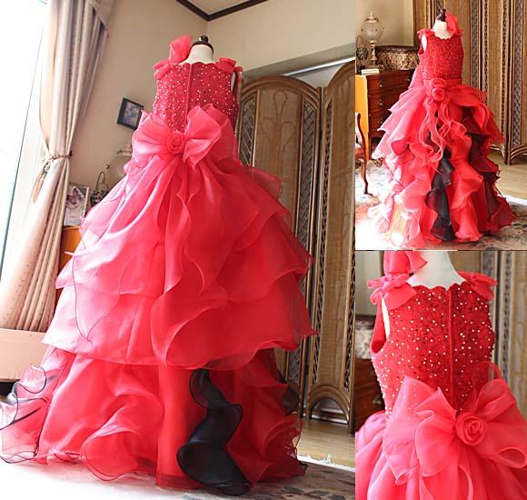 スカートのデザインと豪華で大きなうねりを効かせるフリルのデザイン