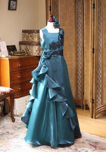 ドレスに仕立てたシャンブレーサテンオーガンジー素材