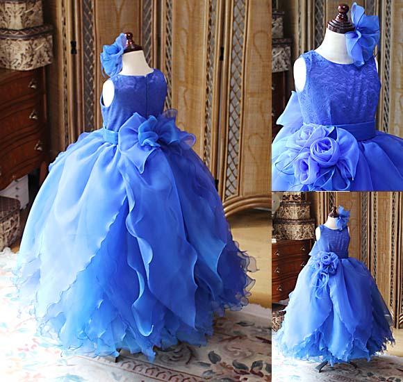 スカートのでデザインと花びらを表現するドレス