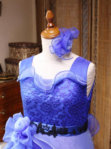 胸元のトップスデザインとウェストマーク