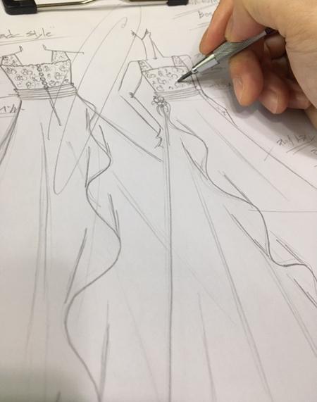 動きのある雰囲気を表現したジュニアドレスのデザイン画