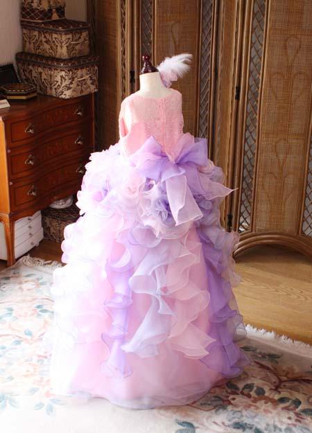 コサージュとリボンが施された子供用ドレス