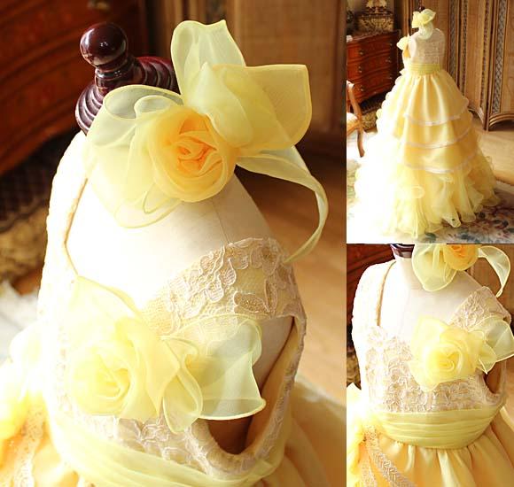 ヘッドドレスと胸元のコサージュ