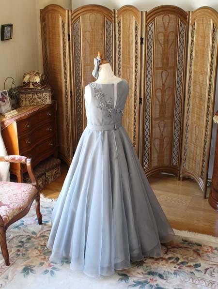 オーガンジーとタフタ素材のドレス スカートの表情