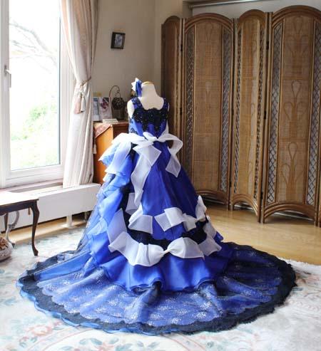 素敵なトレーンとリボンデザインの子供用ウェディングドレス