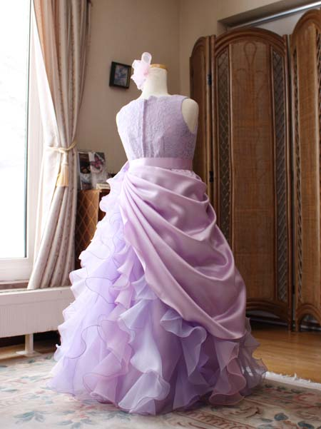 ドレスのの後ろ姿 ステージ映えのするデザイン