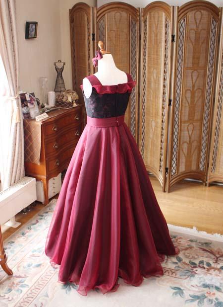 優雅に広がるスカートラインが特徴 オーダーメイドドレス
