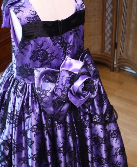 ドレスのを華やかに表現するリボンとコサージュ