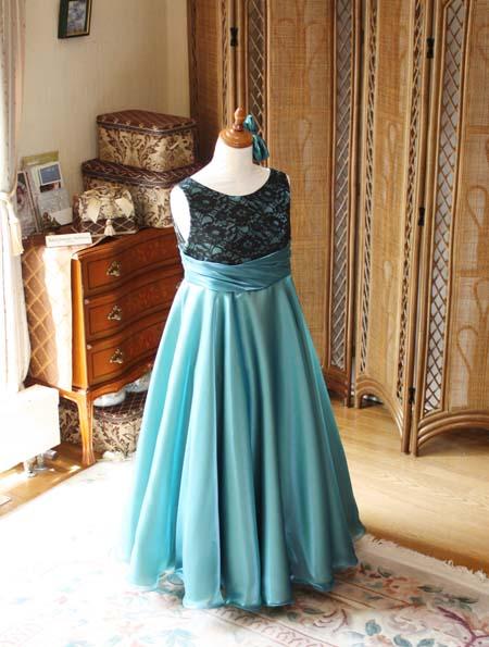 スカートシルエットと生地の柔らかさでスカートを製作。