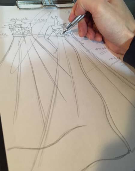 デザイナーがご提案するお客様のドレス デザイン立案