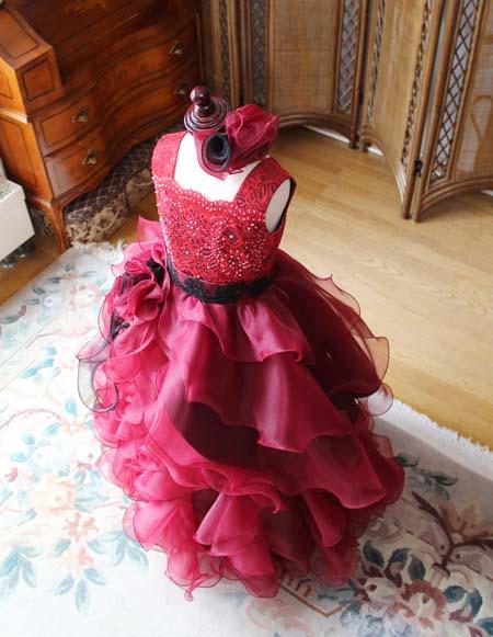 ドレスのデザイン 立体感のあるフリルとオーバースカート