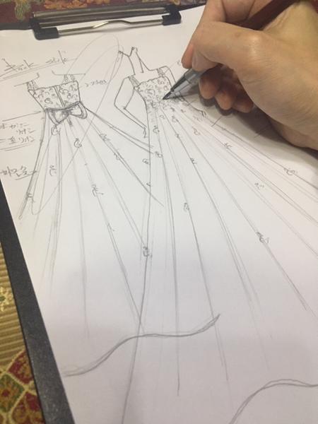 ドレスのデザインを描き加える