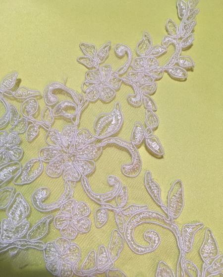 配色とモチーフレースを施すドレス製作