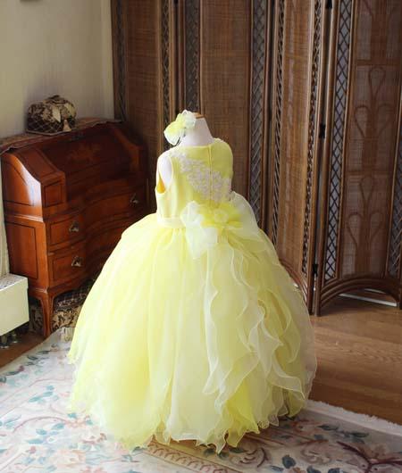 大きなリボンとフリルが施されたドレス