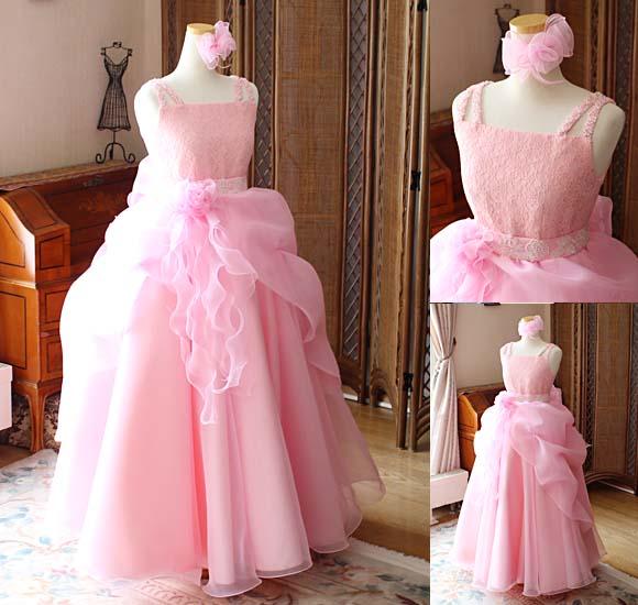 シンプルなデザインをベースに動きのある表情と装飾品でインパクトを与えるドレス