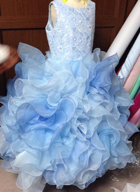 お花のフリルを施したスカート