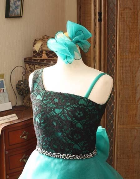 ビーディングのデコルテ 大人の印象を与えるジュニアドレス