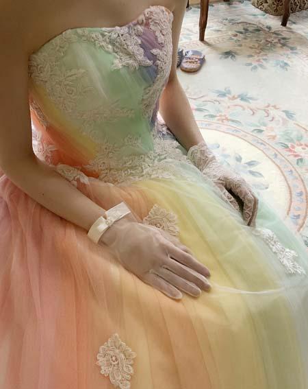 虹色が表現するドレスの雰囲気