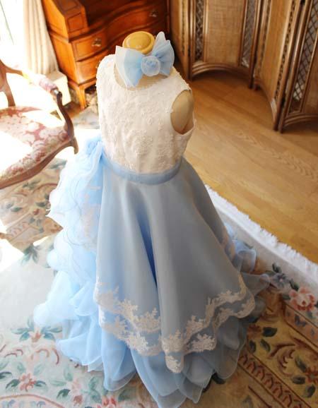 リボンとコサージュの髪飾り ドレスのデザインに合わせて構成