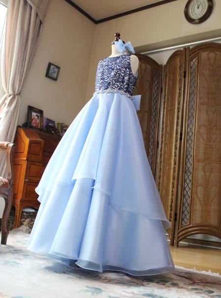 動きのあるティアードデザインを組み合わせたドレス