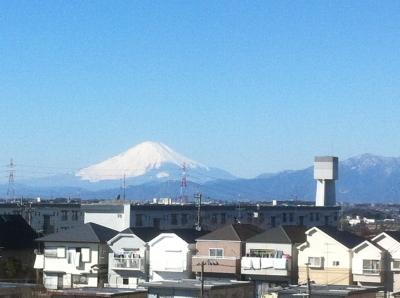 ベランダからの富士山、右が大山