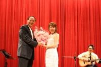 淡水鎮長蔡葉偉さんから花束を受け取る岡田ユキ