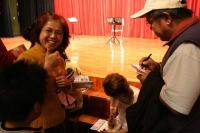 岡田の本とCDを買い求めに殺到する台湾の医療・教育関係者
