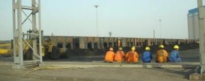 営口港での人夫による石炭降ろし