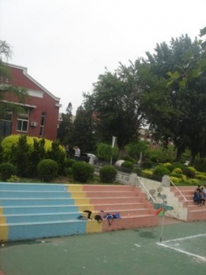 坂のある「聖徳小学校跡地」に建つ小学校