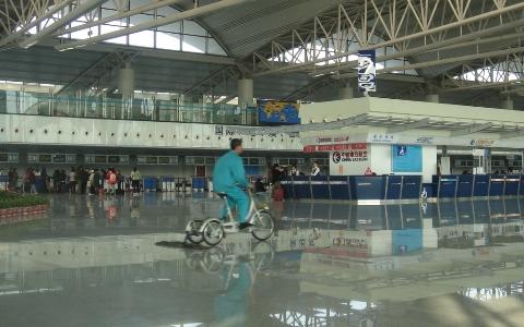 青島飛行場内の自転車での掃除