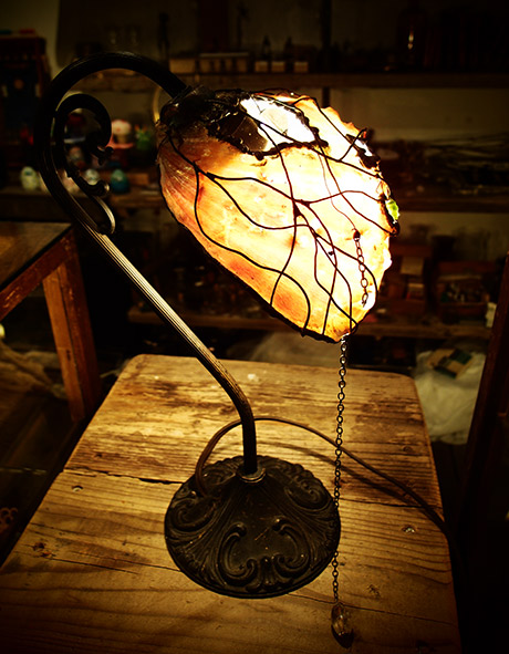 Mantamマンタム「透過する溶け残された貝の残骸による照明器具」シェルランプ