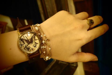 本日のブログは、A STORYで制作している手作り腕時計と、 店頭で取り扱っている作家物のアクセサリーとのコーディネートを紹介致します。