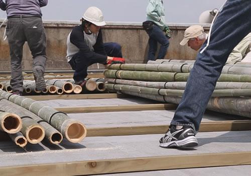 屋上に伐採した竹を敷き詰め2