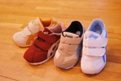 子供の足が健康に、元気に育つ。アシックスのスクスクは岐阜県で夫婦で上級シューフィッターの三喜屋靴店へご相談ください。お子様の足に合わせて、サイズを計測しアシックスのスクスク子供靴をご提案します。足に合った成長に合わせた子供靴で、通学、運動も健康に頑張れます。外反母趾、タコ、ウオノメ、ハンマートウ、巻爪、陥入爪、足の裏が痛い、踵が痛い、足が痛いなどのトラブルを招かない、元気な足に育てましょう。