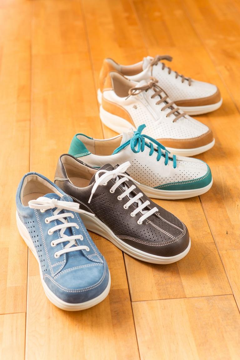 足にピッタリと合う靴が三喜屋靴店にはあります。長時間歩いて楽な靴。外反母趾、タコ、ウオノメ、モートン病、踵骨棘、ハンマートウ、足底筋膜炎、足が痛い、腰が痛い、膝が痛い方にもラクに、快適に、足が痛くなく歩ける、たくさん歩ける靴。足に合った靴はどこまでも歩きたくなる履き心地です。勿論、インソール(中敷き)もお作り出来るのでより足に合わせられます。愛知、岐阜、三重、長野、名古屋市、岐阜市、瑞浪、恵那、中津川、郡上、高山、可児、多治見、土岐市からも来店。
