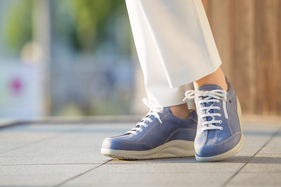岐阜県の上級シューフィッターが、あなたの足と靴の悩み(外反母趾、タコ、ウオノメ、巻爪、ハンマートウ、足底筋膜炎、踵が痛い、モートン病、足の裏が痛い、膝が痛い、腰が痛い、脚長差がある)に合わせ、足に合った靴をお見立てします。旅行に履いて楽な靴、長時間歩ける靴、仕事で履く靴、など履く目的に合わせてお選びします。中敷き(インソール)の加工もして、より足にフィットさせます。岐阜県をはじめ愛知県、東濃地域、多治見、瑞浪、土岐市、可児市、恵那市、中津川市などから多くのお客様にご相談いただいています。