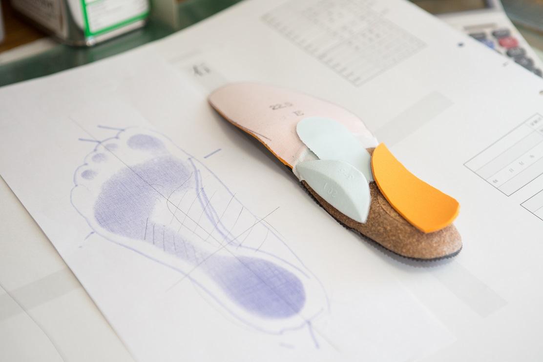 足にピッタリ合う、足の裏に合わせた中敷き(インソール)で、足の痛み(タコ、魚の目、外反母趾、足底筋膜炎、巻爪、)を軽減する、インソール(中敷き)加工。膝が痛い、腰が痛い人にも痛くないように履ける中敷き(インソール)