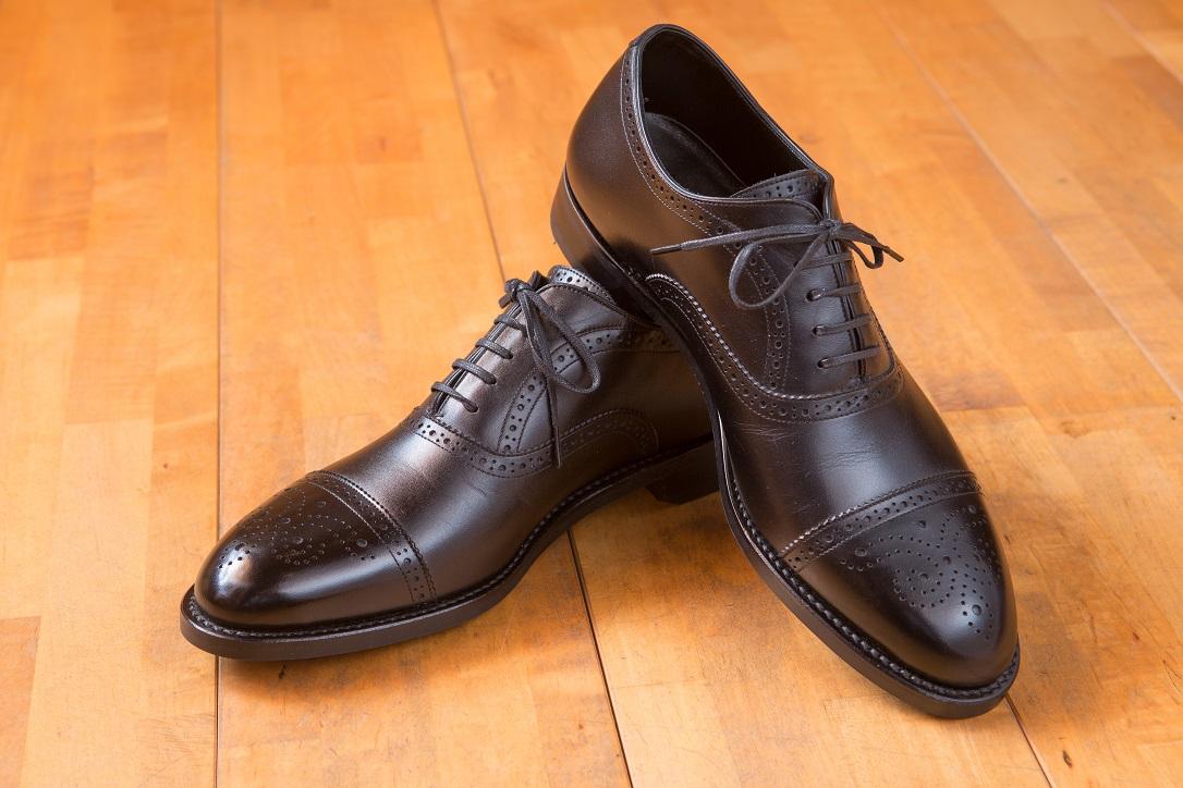 どんな靴を履いても足に合った、足にピッタリ合う靴がない方。紳士靴、オーダーメイド靴。岐阜、愛知、三重、長野の皆様。シューフィッターが足に合ったオーダーメイドの靴をお見立てします。幅が広い、狭い、足が大きい、小さい方も足に合う靴があります。足が痛い方も、靴ずれで痛い方もシューフィッターにご相談ください。巻爪で指先が痛い、幅がキツイ、タコ、ウオノメ、足が痛い、だるい、そんな悩みを足にピッタリ合う革靴で解決。