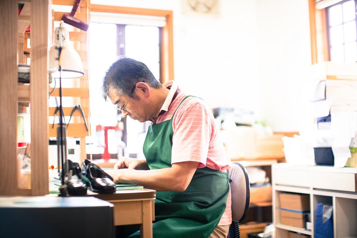 カウンセリング9。靴工房には、研磨機などの工具がそろっているので、中敷きを削り、底材などの修理も行えます。アフターケアも万全です。