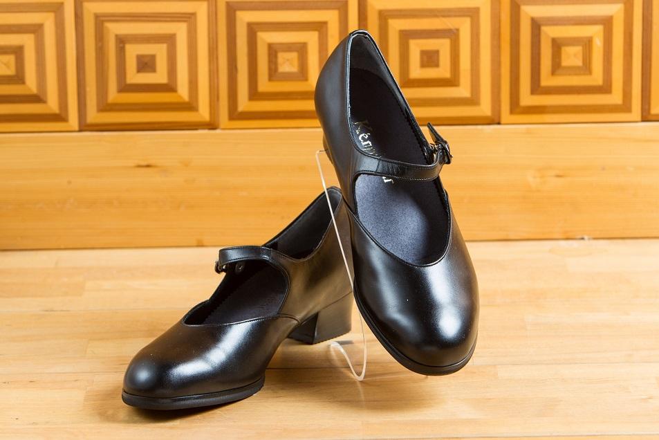 足にピッタリと合う婦人フォーマル靴、パンプス、ストラップ、冠婚葬祭用の靴。オーダーメイドの靴。岐阜県で夫婦でシューフィッターの三喜屋靴店へ足型計測とカウンセリングへお越しください。あしに合った足が痛くない靴をお見立てします。楽に歩けるパンプス。仕事用のビジネスパンプス、ビジネス用革靴、ヒール靴。黒の靴。外反母趾、タコ、ウオノメ、巻爪、モートン病、足底筋膜炎、靴ずれ、で足が痛い方、シューフィッターの私たちに相談ください。瑞浪、多治見、恵那、中津川、可児、名古屋市、春日井市、瀬戸からもご来店。