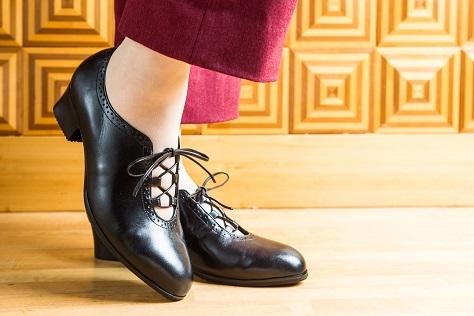 自分の足にピッタリ合う、フォーマル靴(冠婚葬祭用の靴、婦人ビジネス靴、スカートに合わせる靴、ヒール靴、パンプス、オシャレ靴)オーダーメイド靴で外反母趾、タコ、ウオノメ、ハンマートウ、巻爪、足底筋膜炎、足の裏が痛い、踵が痛い方も楽に歩けます。岐阜県の上級シューフィッターがお見立てします。