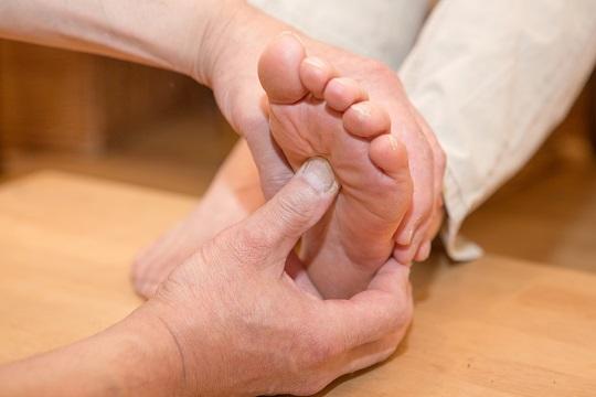 足の柔らかさ、土踏まず、アーチの高さ、タコ、ウオノメ、足の裏の痛い個所などを触診します。