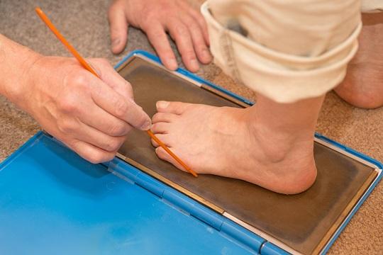 カウンセリング4。足に靴を合わせる専門家シューフィッターの仕事。フットプリントは、足の裏の状態を見るために。コレをもとに土踏まずの高さ、横アーチの高さ、タコ、ウオノメのある箇所を把握します。中敷き(インソール)を作る為の目安となります。外反母趾、足底筋膜炎、タコ、ウオノメなどがある方は、それが痛くないように中敷きを(インソール)を作成し足の痛みを軽減することが出来ます。