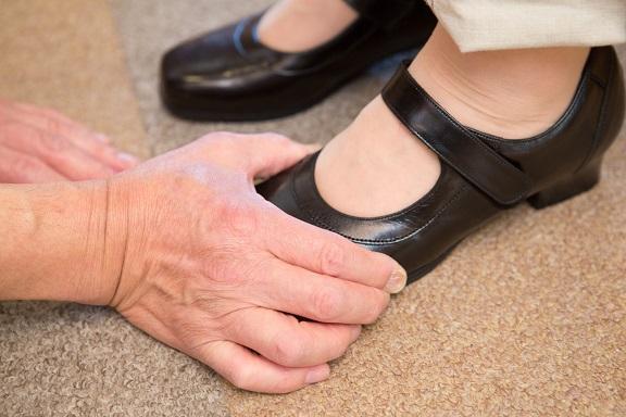 カウンセリング5 上級シューフィッターの大切な仕事。足に靴を合わせる作業。お客様がどんな時に履きたい靴なのかをお聞きし、その目的に合った、足が痛くない靴をお見立てし、フィッティング(足に靴を合わせる)します。外反母趾、タコ、ウオノメ、巻爪、陥入爪、踵骨棘(かかとが痛い)などある方は、その箇所が当たっていないかをチェックします。足底筋膜炎、偏平足、ハンマートウ、モートン病、膝痛、腰痛などある方は、中敷きの状態があっているか確かめます。合っていない場合は、その人用に、中敷きを加工調整します。そうすることで、足の痛みの軽減につながります。痛くない靴を足に合わせる工程は特に重要になります。