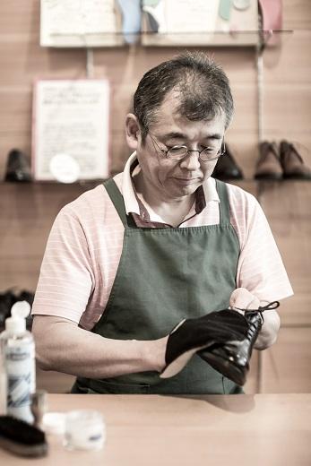 足に合った靴はお手入れすることで、より履きいい靴になっていきます。靴のお手入れ方法をお伝えします。靴をお手入れすると、良いことがあります。革靴の革が柔らかくなり、足馴染みがよくなるので、外反母趾にも優しいです。また靴のかかとが極端に減り、膝へ負担をかけることが多くなるのを早めに発見し防ぐことが出来ます。膝に負担をかけないためにも、かかと減りは早めに修理しましょう。