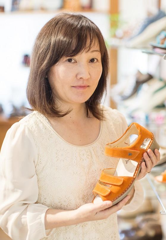 岐阜県生まれのシューフィッター 外反母趾、タコ、ウオノメ、巻爪、足の裏が痛い、土踏まずが痛い、など足と靴の悩みにお答えします。 足に合った足が痛くない靴をお見立てします。愛知、名古屋、岐阜、高山、郡上、三重、長野の皆様の足と靴の悩みにお役にたちたいです。足が痛い、ふくらはぎがだるい、外反母趾、足の裏が痛い、巻爪、ウオノメ、タコ、靴ずれ、足底筋膜炎、モートン病、腰痛、膝痛、指先が痛い、つま先が痛いなどで靴が痛くて履けない方、どんな靴も足に合わない方、安全靴が痛い方。シューフィッターの私たちにご相談ください。安全靴のインソール(中敷き)やおーだメイド靴のパンプス、ビジネス靴、紳士靴、ナースシューズ、旅行に歩いて楽な靴、お部屋履き、スリッパ、ウォーキング靴など相談しながら、カウンセリングと足型計測であなたの足に合った痛くない靴をお見立てします。