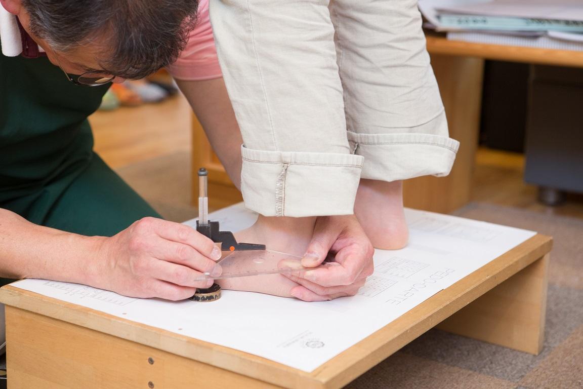 靴と足のサイズを知って、靴選び。足に靴を合わせる専門家、上級シューフィッターとして岐阜、愛知、三重、長野、名古屋、岐阜市、多治見、恵那、中津川、可児、瑞浪の皆様のお役にたちたいです。足にピッタリと合う靴をみたてます。足のサイズを測るための足型計測を岐阜県のシューフィッターがします。中敷き(インソール)作成、足に合った靴をお見立てする為に足を測ります。正しい足のサイズを測ります。足が痛くなく履ける靴、仕事用の革靴、ヒール靴、パンプスなどにはオーダーメイドの靴でも対応可能。外反母趾、巻爪、足が痛いかた、シューフィッターの足型計測とカウンセリングへ足と靴の悩みをお聞かせください。