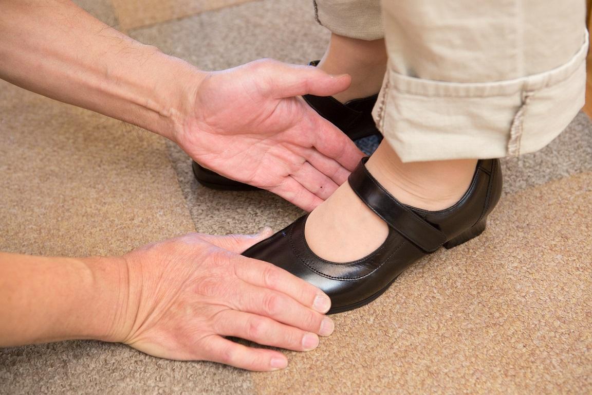 足に合った靴を選ぶために、自分の足を知ることが大切。足を計測し、目的に合った靴をお見立てします。パンプス、フォーマル用の靴、冠婚葬祭用の靴、楽に歩ける靴、ウォーキング靴、サンダル、オシャレ履き、普段履き、ナースシューズ、お部屋履き、スリッパなど履くシーンに応じて履き分けも大切です。外反母趾や、ウオノメ、タコ、巻爪、足底筋膜炎、膝痛などの足が痛いという悩みを改善するには、足に合った靴をシューフィッター、足に靴を合わせる専門家に見立ててもらうことが大切です。