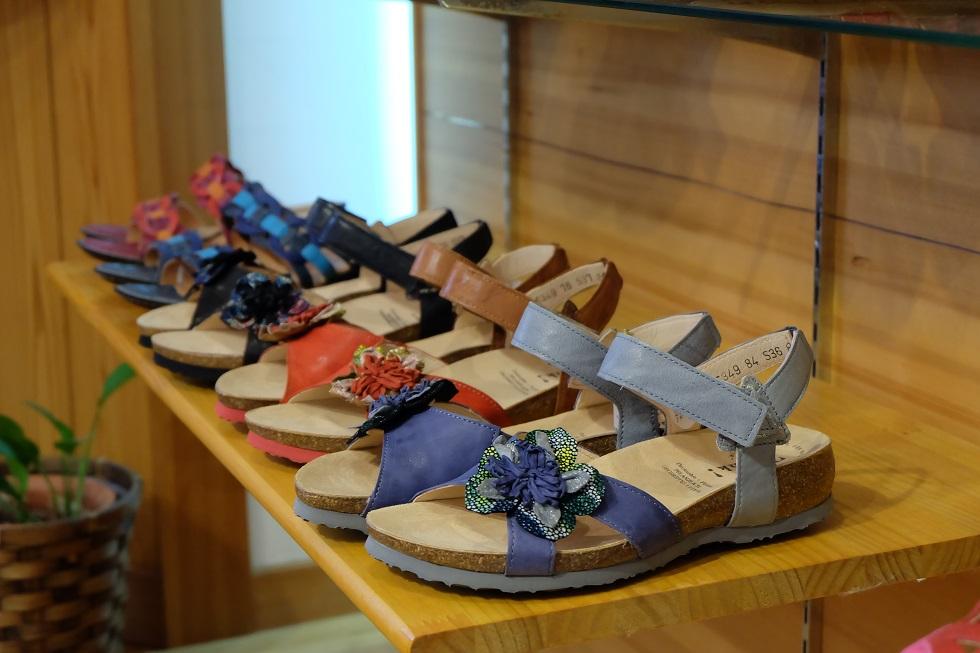 岐阜県瑞浪市にある、三喜屋靴店は上級シューフィッターがあなたの足に合った靴やサンダル、ビジネス靴、革靴、パンプス、ナースシューズ、安全靴、インソール、中敷き、旅行靴、カジュアル靴、ひも靴、ウォーキング靴のカウンセリングと足型計測で、足に合わせます。インソールや中敷きも調整します。外反母趾、タコ、ウオノメ、巻爪、足の痛みに悩まされない、出かけること、歩くことが楽しくなる靴選びをします。モートン病、腰痛、膝痛の方も、楽に歩ける靴があります。愛知、岐阜、三重、名古屋、多治見、可児、郡上、高山などからもお越しいただいています。THINKのサンダル。フィンコンフォートのサンダル。ドレアのサンダル。痛くないサンダルがあります。